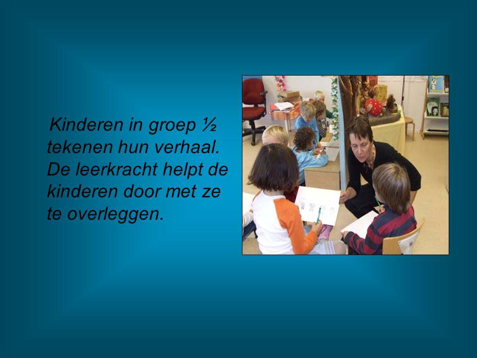 Kinderen in groep ½ tekenen hun verhaal. De leerkracht helpt de kinderen door met ze te overleggen.