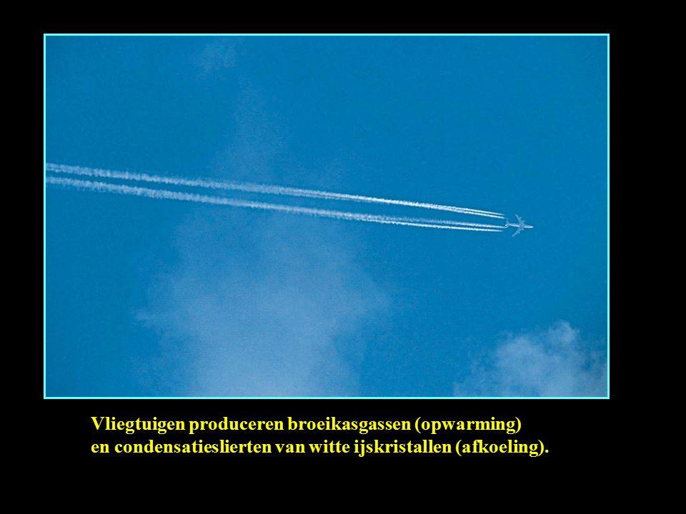 Vliegtuigen produceren broeikasgassen (opwarming) en condensatieslierten van witte ijskristallen (afkoeling).