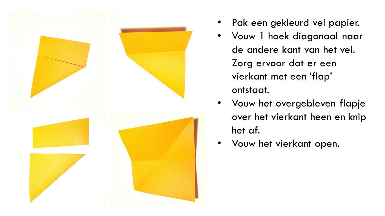Pak een gekleurd vel papier. Vouw 1 hoek diagonaal naar de andere kant van het vel. Zorg ervoor dat er een vierkant met een 'flap' ontstaat. Vouw het