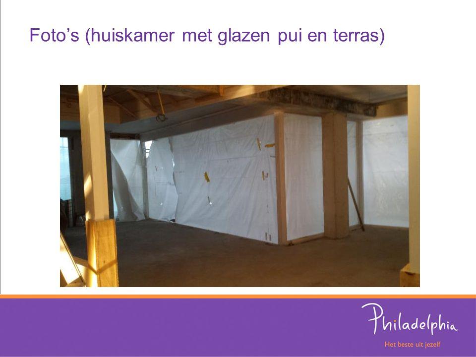 Foto's (huiskamer met glazen pui en terras)