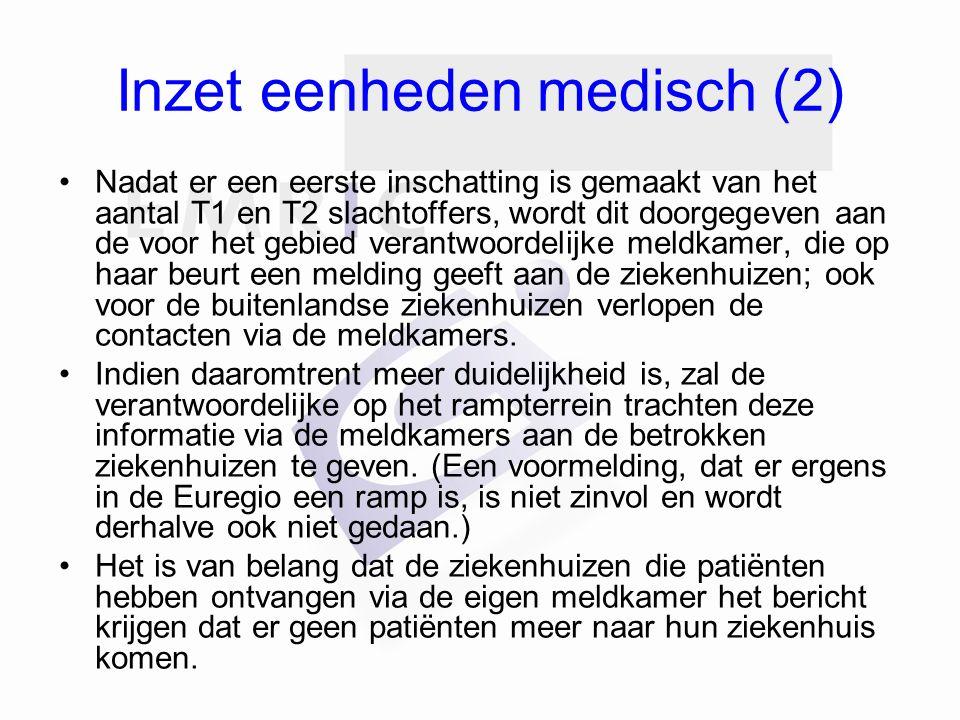 Inzet eenheden medisch (2) Nadat er een eerste inschatting is gemaakt van het aantal T1 en T2 slachtoffers, wordt dit doorgegeven aan de voor het gebied verantwoordelijke meldkamer, die op haar beurt een melding geeft aan de ziekenhuizen; ook voor de buitenlandse ziekenhuizen verlopen de contacten via de meldkamers.