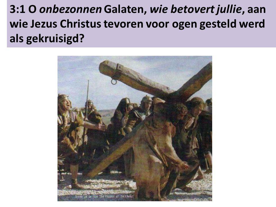 3:1 O onbezonnen Galaten, wie betovert jullie, aan wie Jezus Christus tevoren voor ogen gesteld werd als gekruisigd?