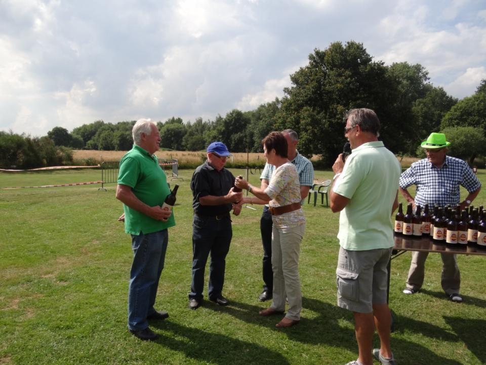En fier dat we zijn, omdat onze Burgemeester Heykants - Jansens Josee vergezeld van de Schepenen van sport de prijzen komt uitreiken.