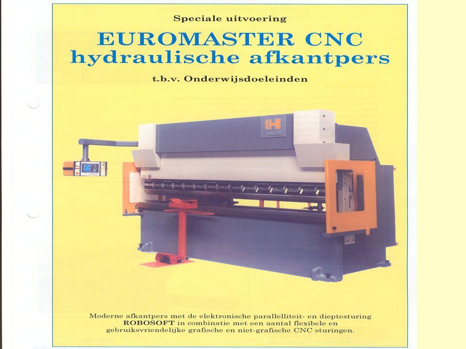 Haco Euromaster afkantbank Het invoeren van de tekening van de voet van de zonnewijzer in de besturing van de machine.