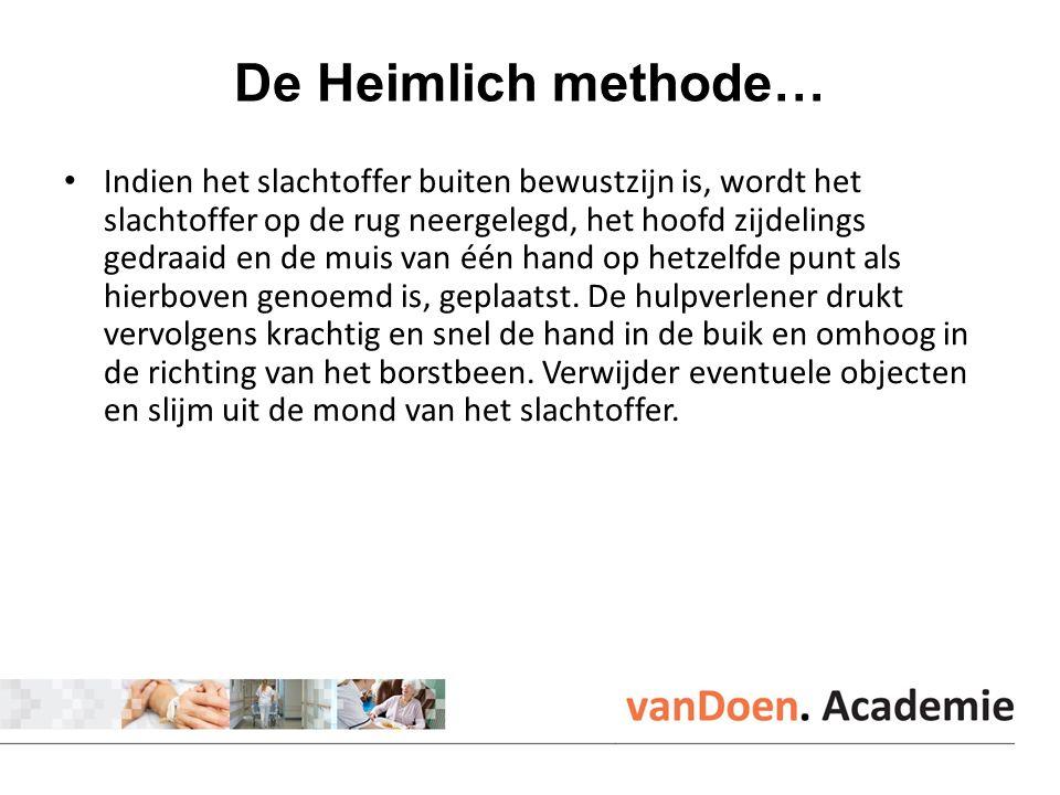 De Heimlich methode… Indien het slachtoffer buiten bewustzijn is, wordt het slachtoffer op de rug neergelegd, het hoofd zijdelings gedraaid en de muis van één hand op hetzelfde punt als hierboven genoemd is, geplaatst.