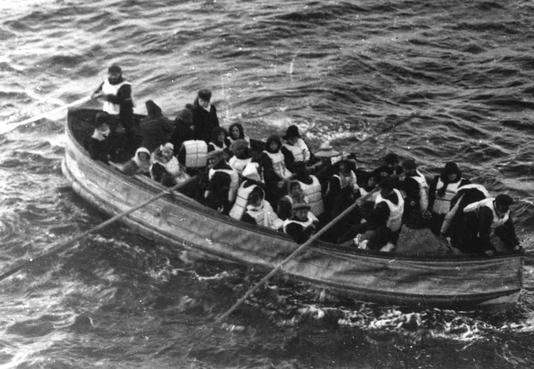 De ramp 14 april 1912 21: 0023:3923:400:050:452:182:204:108:3018 april IJsberg gezien door bemanningslid Frederick Fleet Kapitein Smith geeft het bevel om de reddingsboten te vullen en zendt noodsignalen uit De Titanic raakt de ijsberg aan de stuurboordkant De eerste reddingsboot gaat te water De Titanic breekt in 2 stukken door de druk van het water De Titanic zinkt De Carpathia is bij de rampplek en plukt overlevenden uit de reddingsboten De laatste overlevenden worden aan boord van de Carpathia gebracht De Carpathia komt aan in New York met 705 overlevenden aan boord.