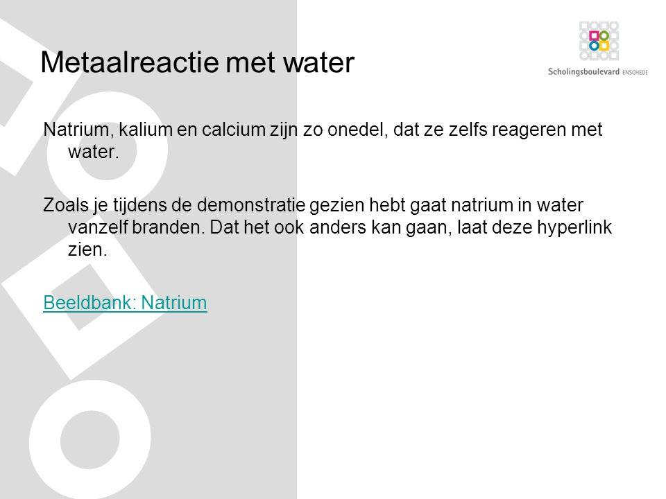 Metaalreactie met water Natrium, kalium en calcium zijn zo onedel, dat ze zelfs reageren met water.