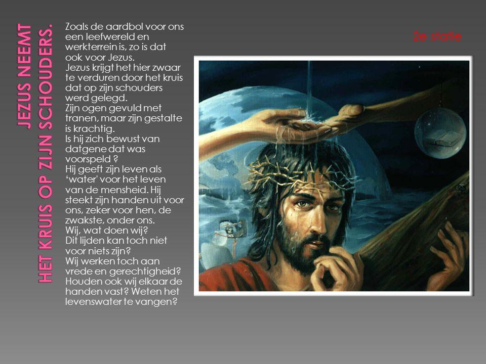 Een vrouw neemt het lichaam van Jezus van het kruis.