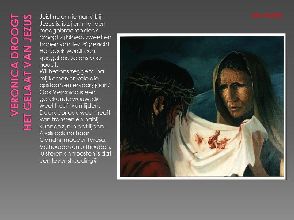 Juist nu er niemand bij Jezus is, is zij er: met een meegebrachte doek droogt zij bloed, zweet en tranen van Jezus gezicht.