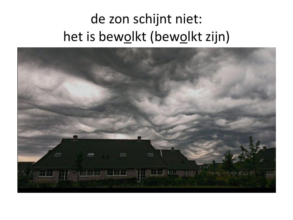 de zon schijnt niet: het is bewolkt (bewolkt zijn)