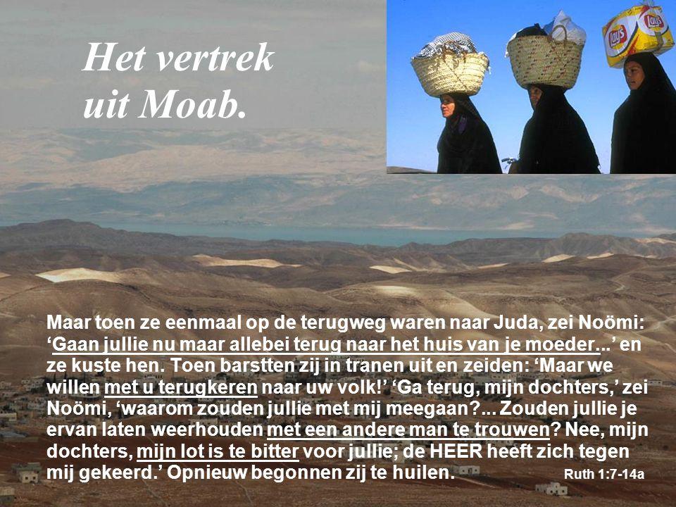 Maar toen ze eenmaal op de terugweg waren naar Juda, zei Noömi: 'Gaan jullie nu maar allebei terug naar het huis van je moeder...' en ze kuste hen. To