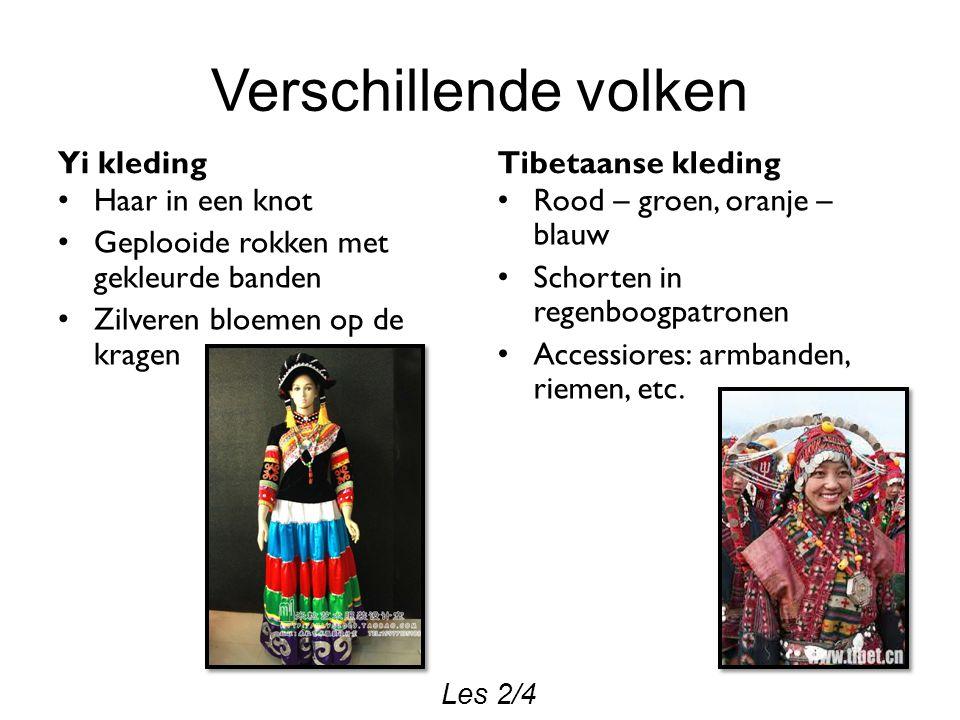 Verschillende volken Yi kleding Haar in een knot Geplooide rokken met gekleurde banden Zilveren bloemen op de kragen Tibetaanse kleding Rood – groen, oranje – blauw Schorten in regenboogpatronen Accessiores: armbanden, riemen, etc.