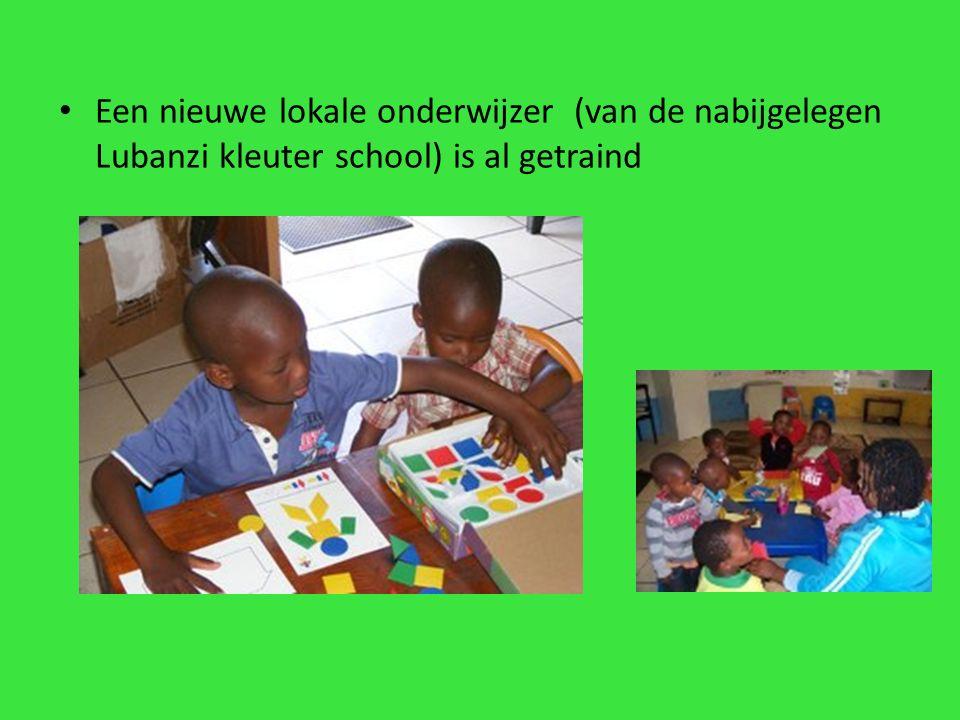 Een nieuwe lokale onderwijzer (van de nabijgelegen Lubanzi kleuter school) is al getraind