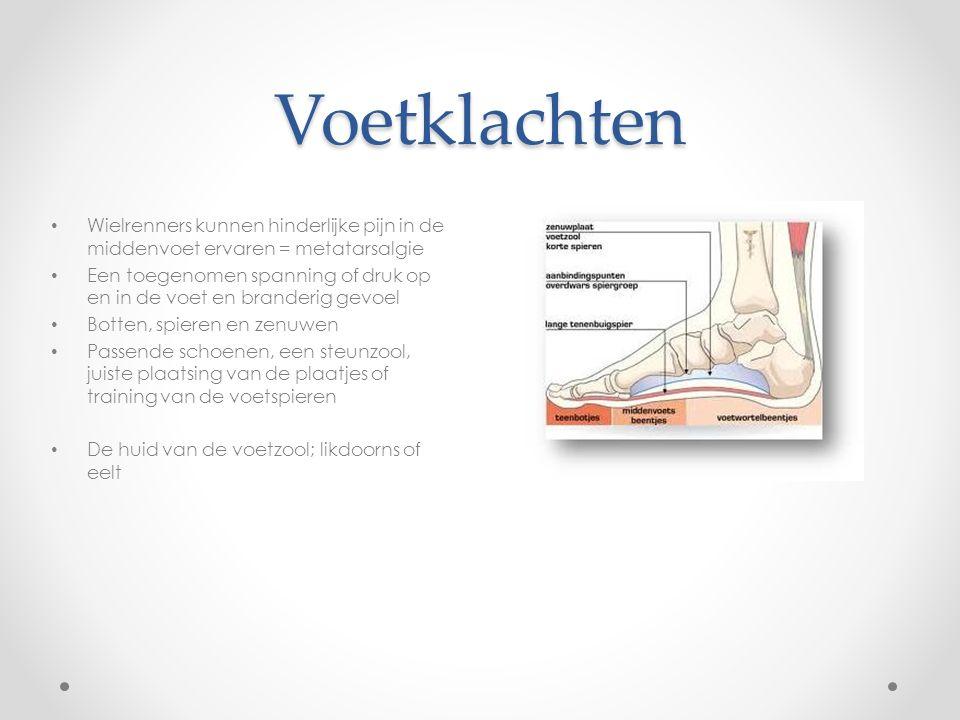 Voetklachten Wielrenners kunnen hinderlijke pijn in de middenvoet ervaren = metatarsalgie Een toegenomen spanning of druk op en in de voet en branderi