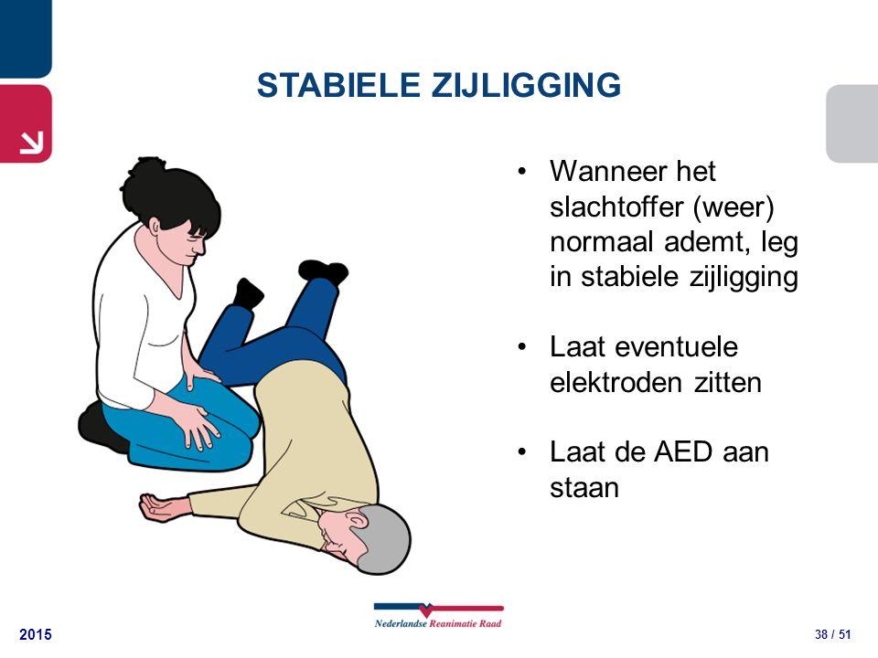 2015 38 / 51 STABIELE ZIJLIGGING Wanneer het slachtoffer (weer) normaal ademt, leg in stabiele zijligging Laat eventuele elektroden zitten Laat de AED