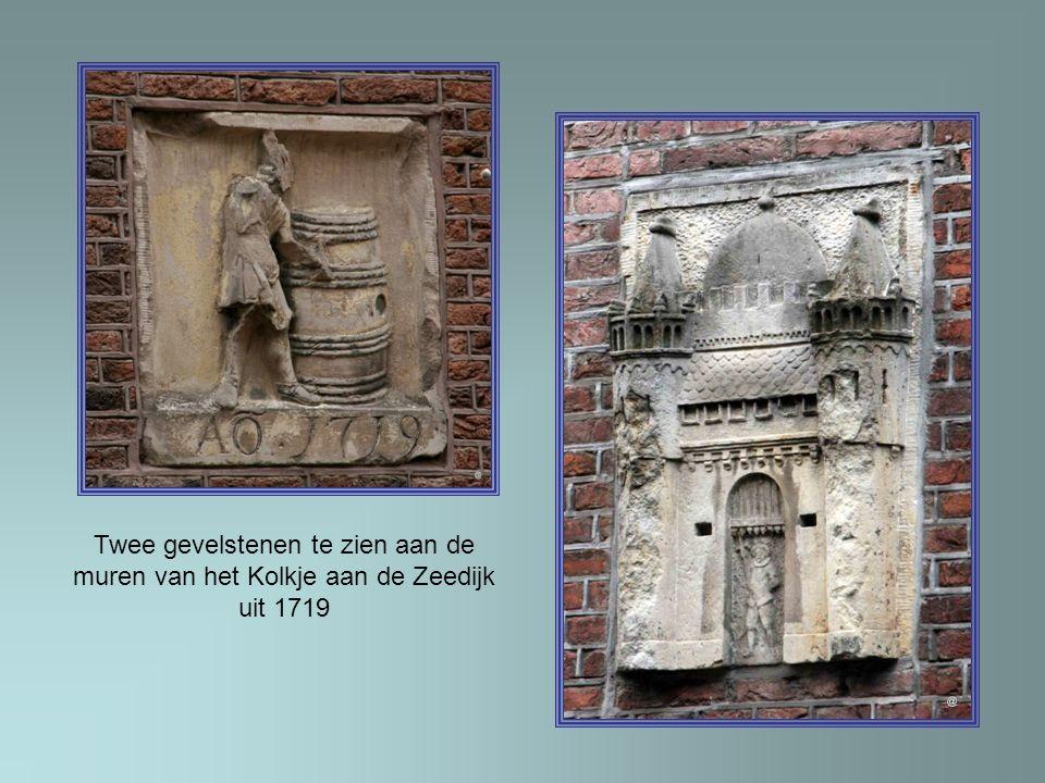 Twee gevelstenen te zien aan de muren van het Kolkje aan de Zeedijk uit 1719