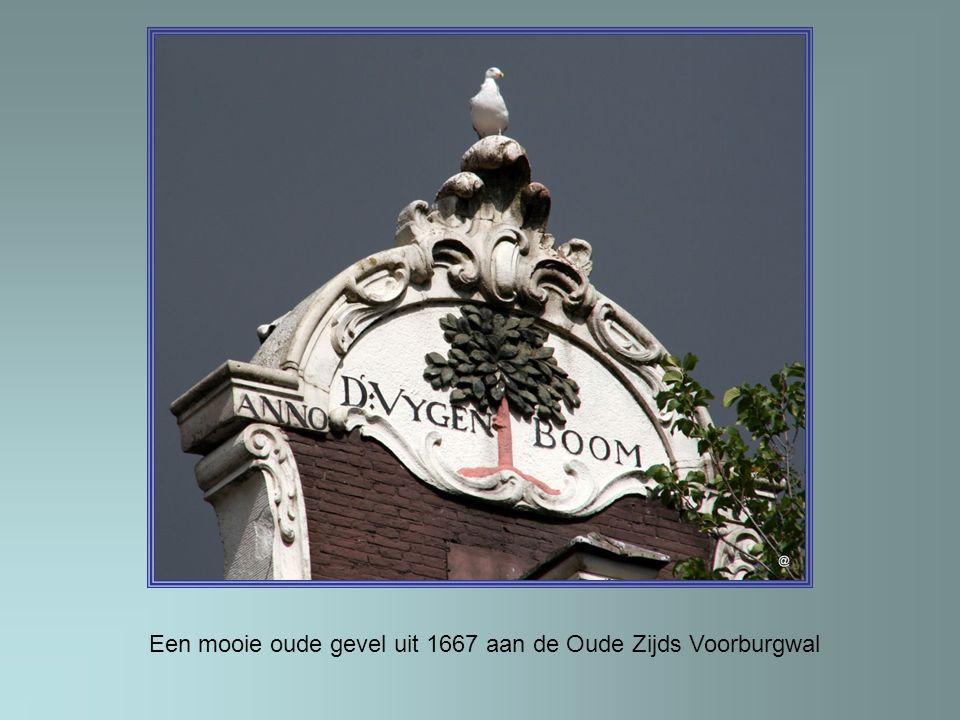 Een mooie oude gevel uit 1667 aan de Oude Zijds Voorburgwal