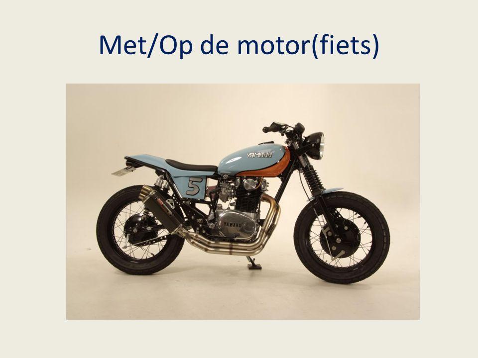 Met/Op de motor(fiets)