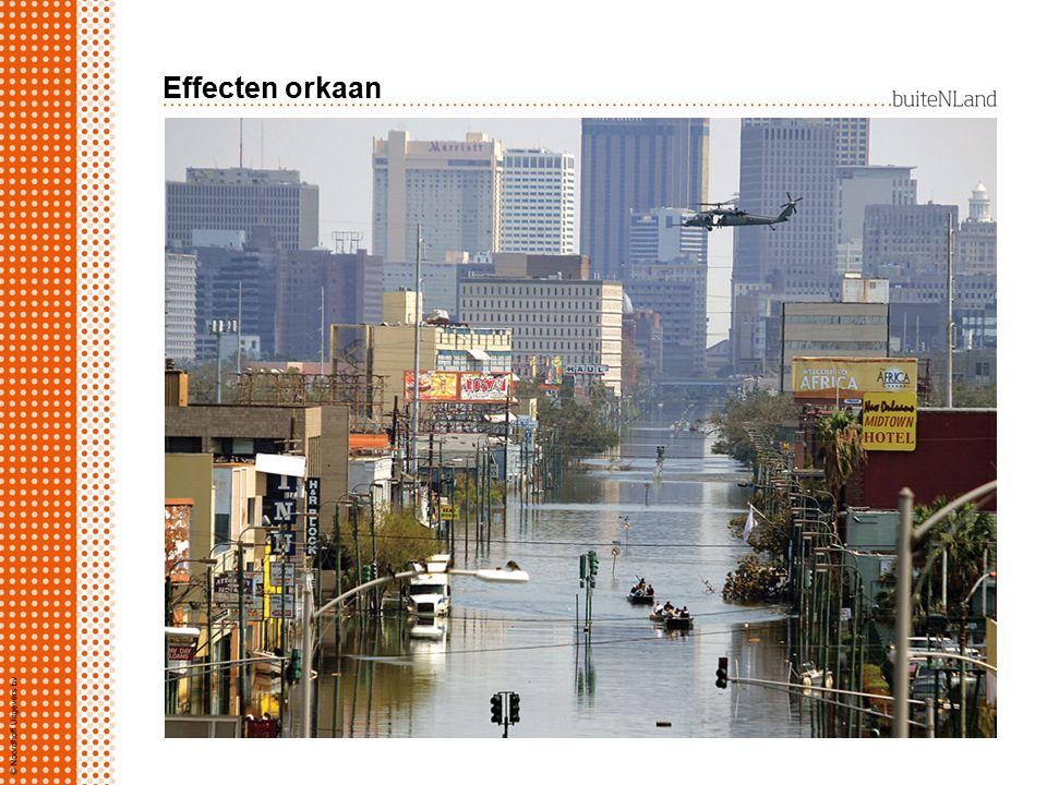 Effecten orkaan Effecten orkaan: stormschade overstromingen  zeewater stijgt  lage kustgebieden onder water  rivierwater kan kust niet bereiken  g