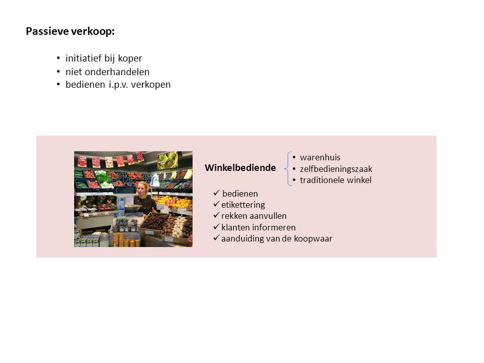 Passieve verkoop: initiatief bij koper niet onderhandelen bedienen i.p.v. verkopen Winkelbediende bedienen etikettering rekken aanvullen klanten infor