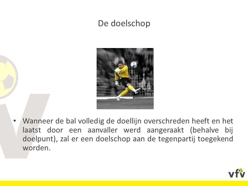 Wanneer de bal volledig de doellijn overschreden heeft en het laatst door een aanvaller werd aangeraakt (behalve bij doelpunt), zal er een doelschop aan de tegenpartij toegekend worden.