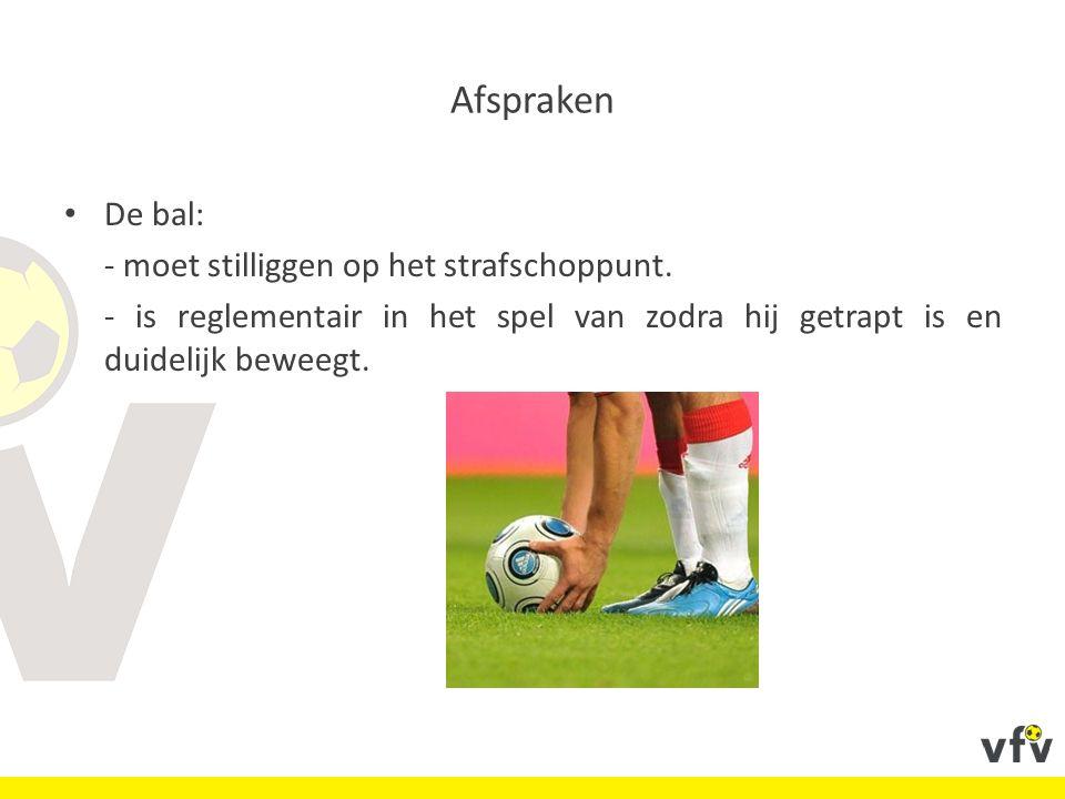 Afspraken De bal: - moet stilliggen op het strafschoppunt. - is reglementair in het spel van zodra hij getrapt is en duidelijk beweegt.