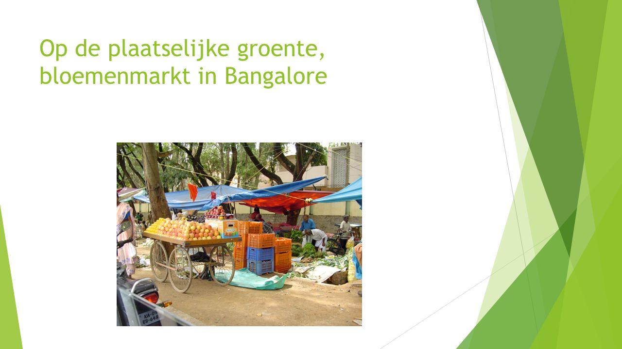 Op de plaatselijke groente, bloemenmarkt in Bangalore