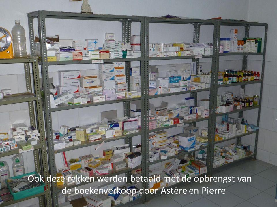 Ook deze rekken werden betaald met de opbrengst van de boekenverkoop door Astère en Pierre