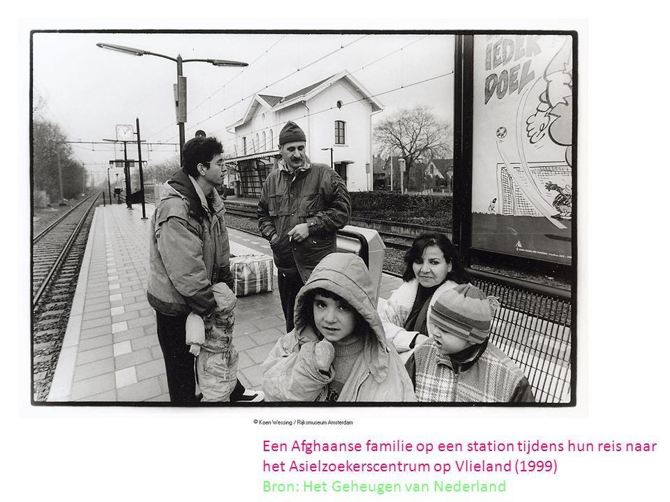 Een Afghaanse familie op een station tijdens hun reis naar het Asielzoekerscentrum op Vlieland (1999) Bron: Het Geheugen van Nederland