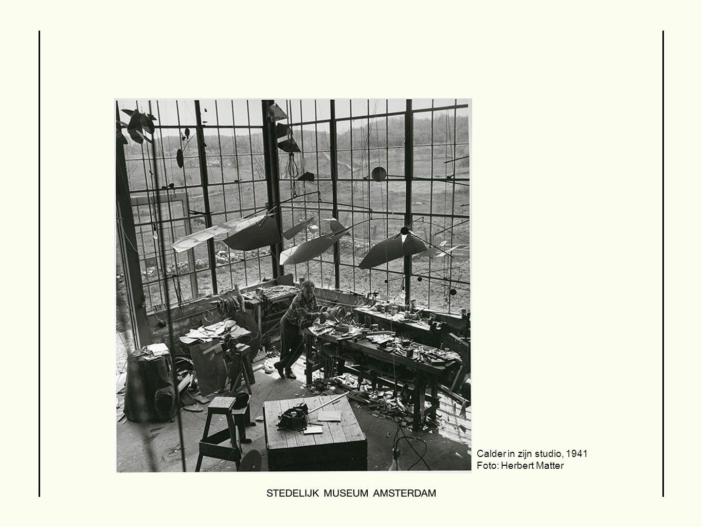 Calder in zijn studio, 1941 Foto: Herbert Matter