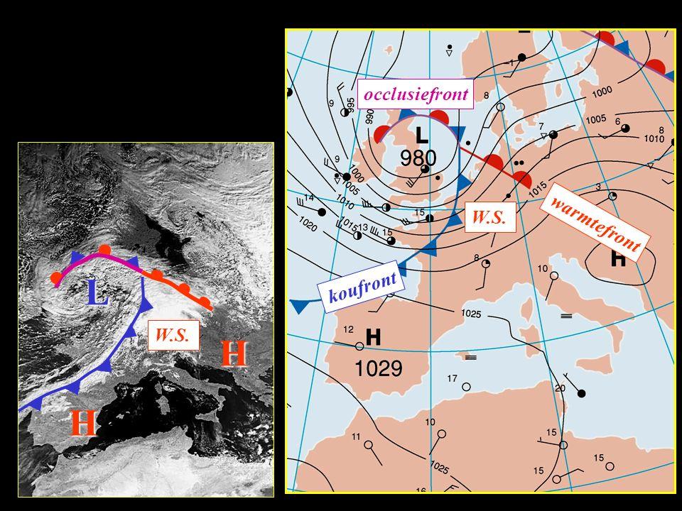 Weeroverzicht voor West-Europa: luchtdruk: windrichting: windkracht: bewolking en neerslagkansen: laag zuidwest groot veel bewolking met neerslag, na de storm opklaringen met buien verplaatsingsrichting:van west naar oost