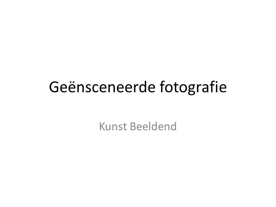 (Engels: staged photography) Die vormen van fotografie waarbij voor de camera een nieuwe werkelijkheid wordt opgebouwd, vaak met levende modellen of poppen.