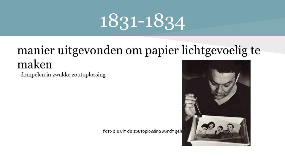 1831-1834 manier uitgevonden om papier lichtgevoelig te maken - dompelen in zwakke zoutoplossing foto die uit de zoutoplossing wordt gehaald