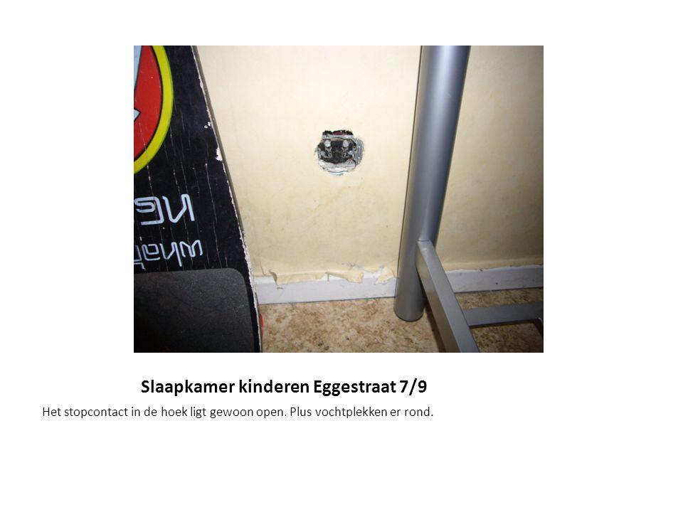 Slaapkamer kinderen Eggestraat 7/9 Het stopcontact in de hoek ligt gewoon open. Plus vochtplekken er rond.