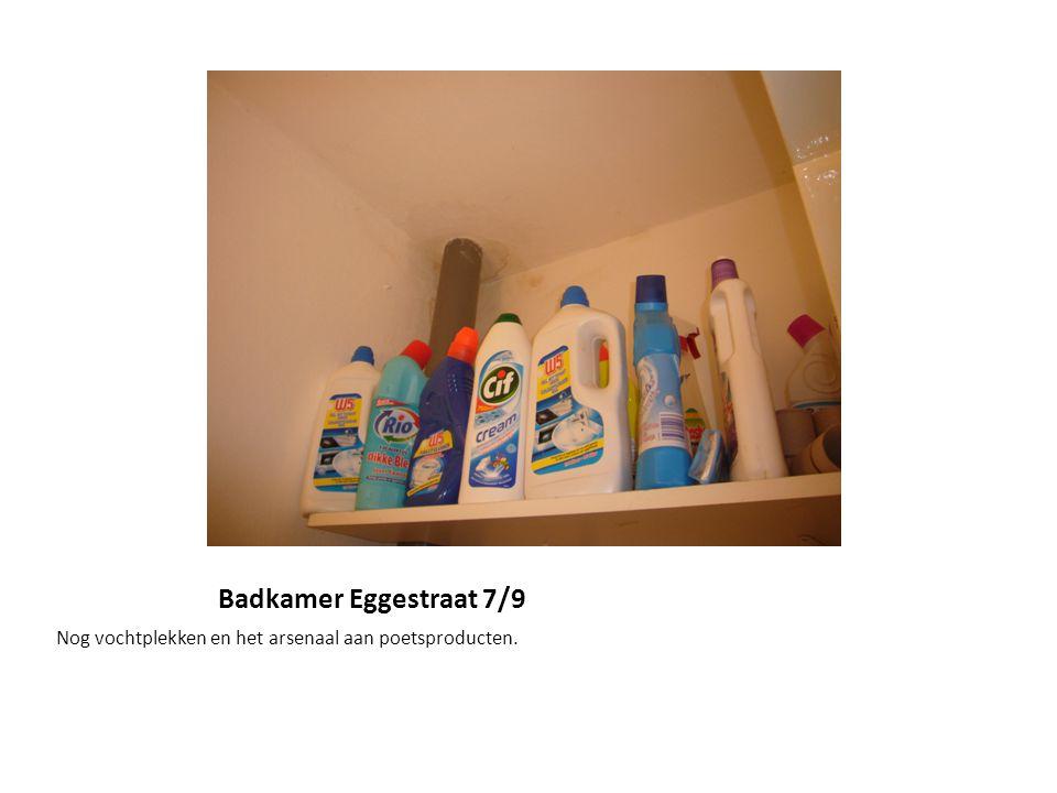 Badkamer Eggestraat 7/9 Nog vochtplekken en het arsenaal aan poetsproducten.