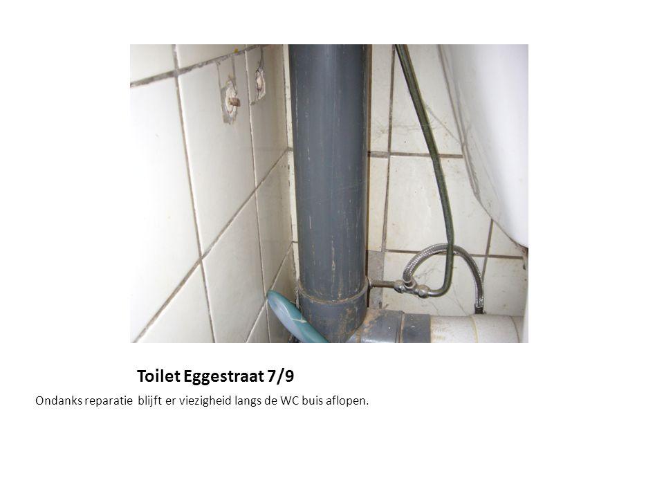 Toilet Eggestraat 7/9 Ondanks reparatie blijft er viezigheid langs de WC buis aflopen.