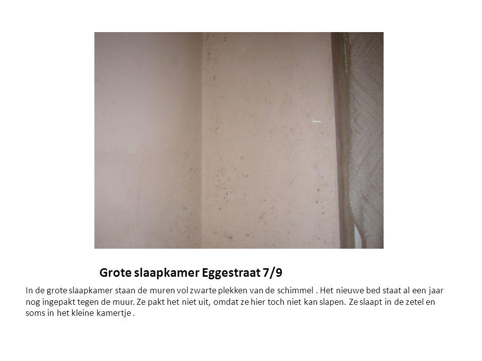 Grote slaapkamer Eggestraat 7/9 In de grote slaapkamer staan de muren vol zwarte plekken van de schimmel.