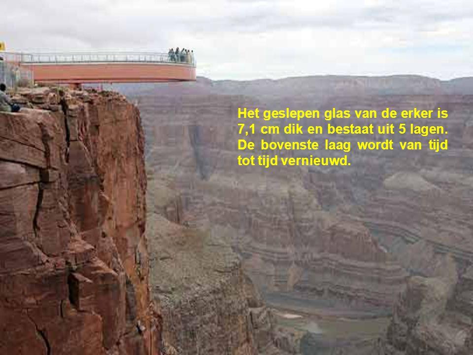 Voor 75 euro per persoon kunnen de toeristen over de Colorado Rivier kijken vanop de erker die tot 20 meter voorbij de rand van het diepe ravijn uitst