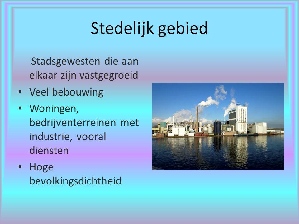 Stedelijk gebied Stadsgewesten die aan elkaar zijn vastgegroeid Veel bebouwing Woningen, bedrijventerreinen met industrie, vooral diensten Hoge bevolkingsdichtheid