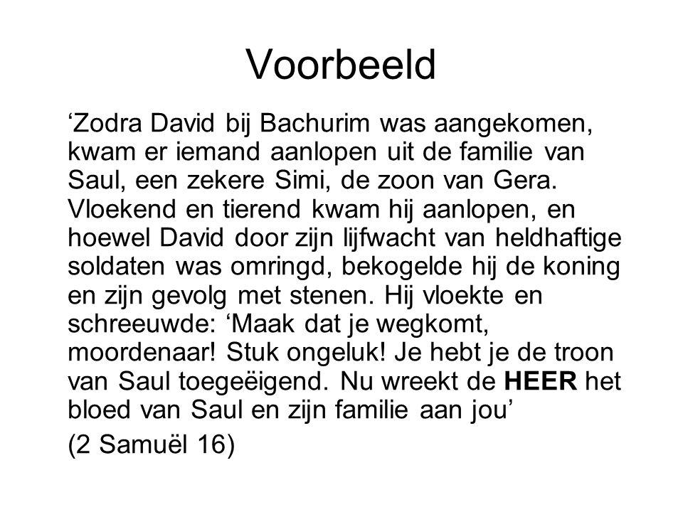 Voorbeeld 'Zodra David bij Bachurim was aangekomen, kwam er iemand aanlopen uit de familie van Saul, een zekere Simi, de zoon van Gera. Vloekend en ti