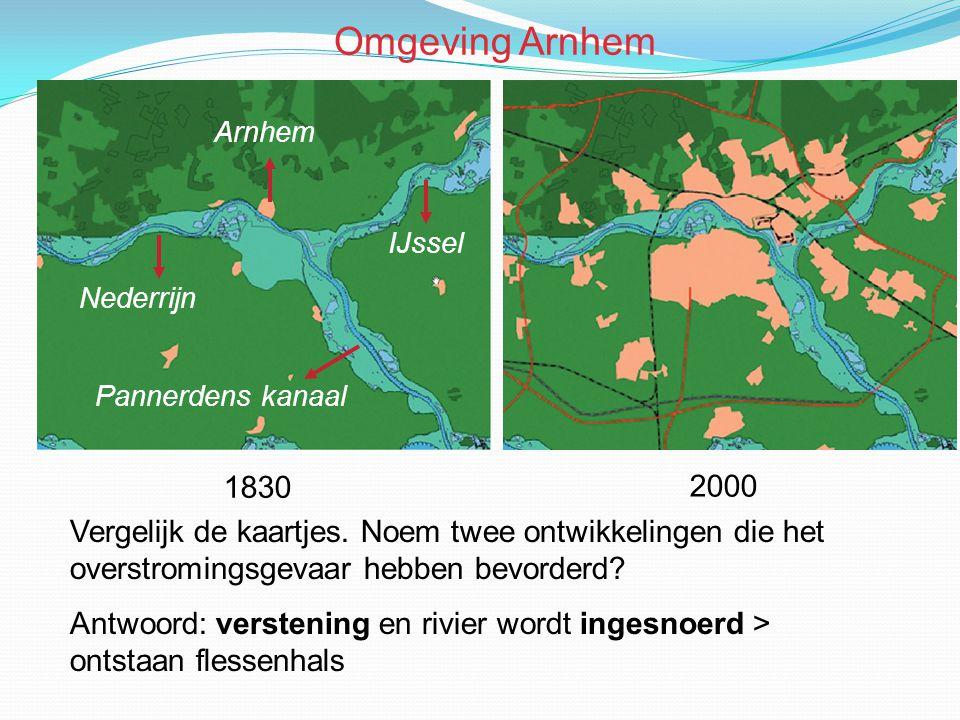 Vergelijk de kaartjes. Noem twee ontwikkelingen die het overstromingsgevaar hebben bevorderd? Antwoord: verstening en rivier wordt ingesnoerd > ontsta