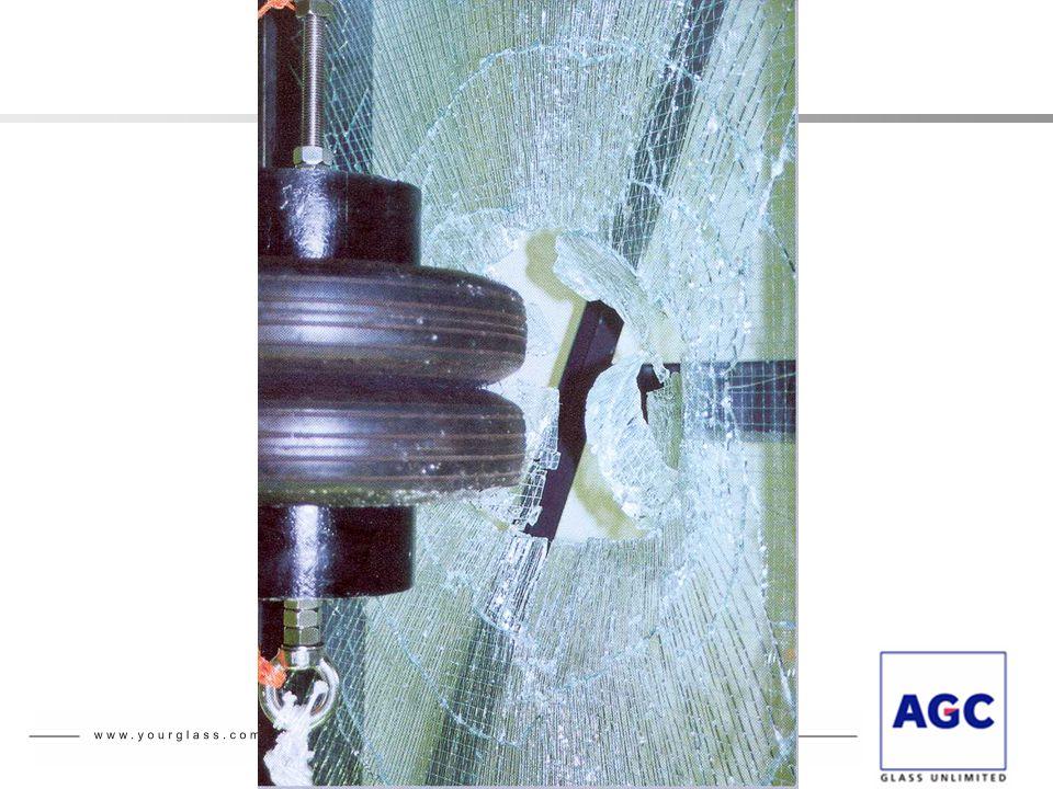 Veiligheid – Gedrag bij impact Classificatie van glas - EN 12600 – Voorbeelden  1B1 = gelaagd glas dat weerstand biedt aan een valhoogte van1,20 m  1C1 = gehard glas dat weerstand biedt aan een valhoogte van 1,20 m zonder breuk  1C2 = gehard glas dat weerstand biedt aan een valhoogte van0,45 m zonder breuk en veilig brekend bij een valhoogte van 1,2 m