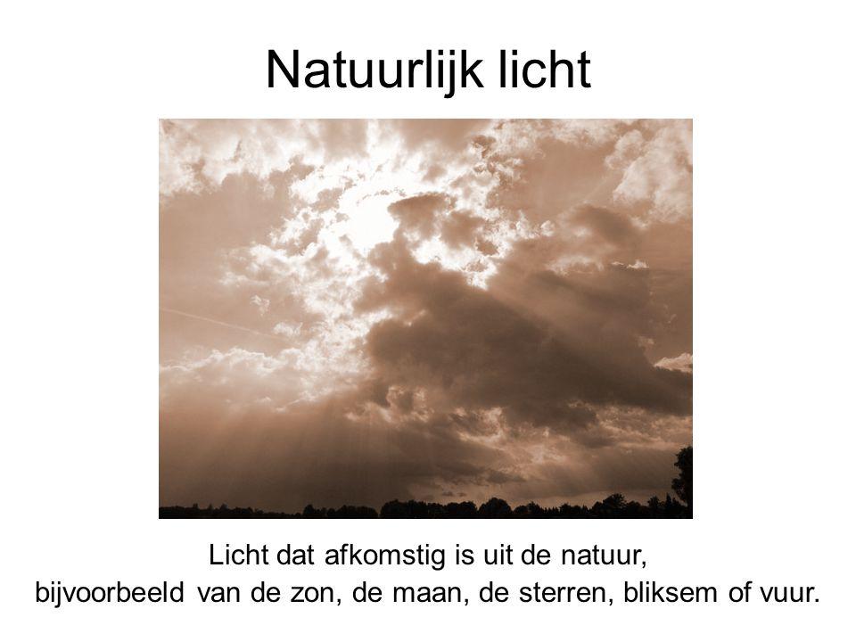 Licht dat afkomstig is uit de natuur, bijvoorbeeld van de zon, de maan, de sterren, bliksem of vuur. Natuurlijk licht