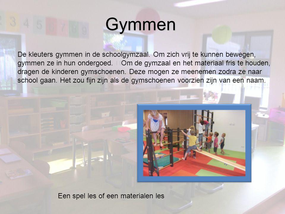 Gymmen Een spel les of een materialen les De kleuters gymmen in de schoolgymzaal.