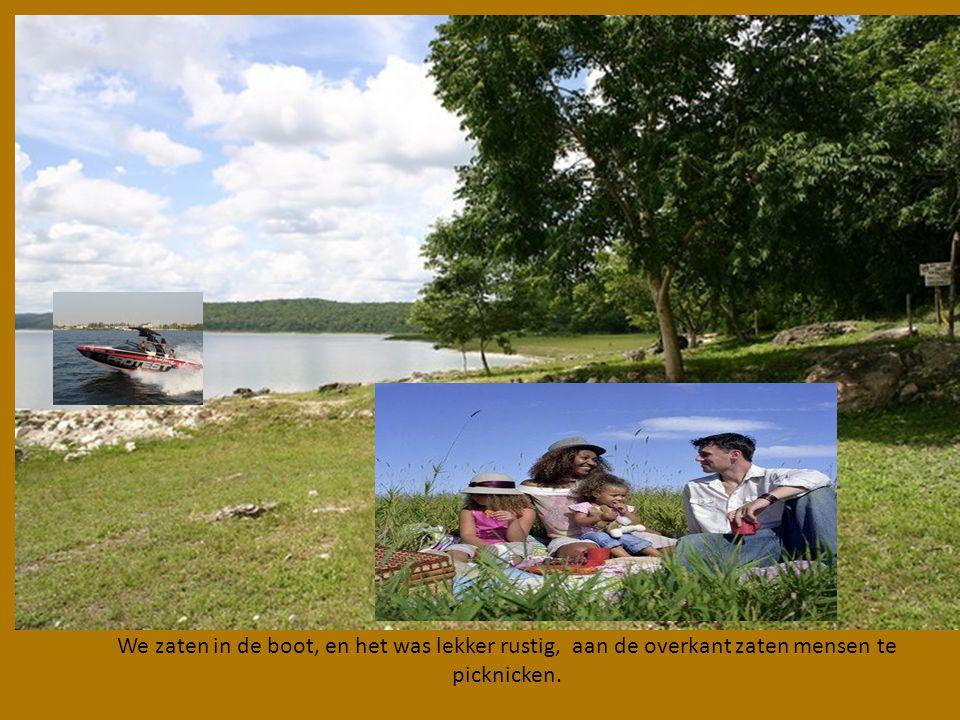 We zaten in de boot, en het was lekker rustig, aan de overkant zaten mensen te picknicken.