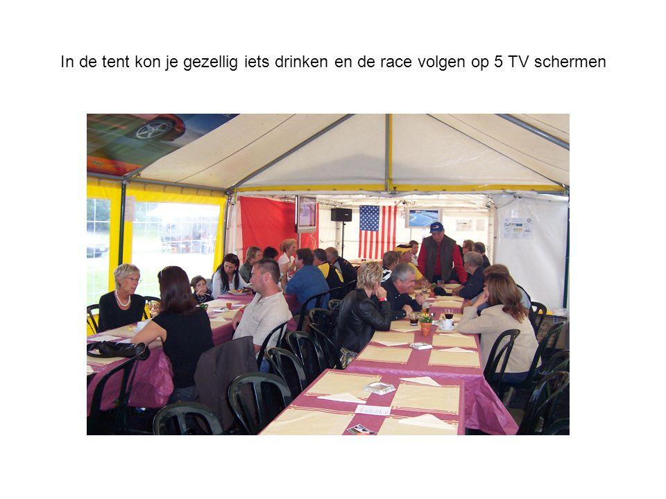 In de tent kon je gezellig iets drinken en de race volgen op 5 TV schermen