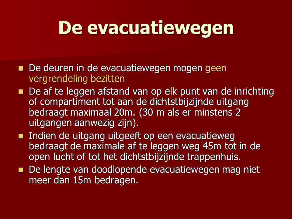 De evacuatiewegen  De deuren in de evacuatiewegen mogen geen vergrendeling bezitten  De af te leggen afstand van op elk punt van de inrichting of compartiment tot aan de dichtstbijzijnde uitgang bedraagt maximaal 20m.