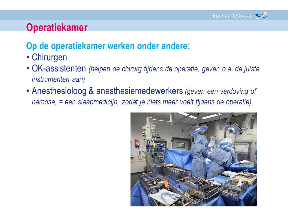 Op de operatiekamer werken onder andere: • Chirurgen • OK-assistenten (helpen de chirurg tijdens de operatie, geven o.a. de juiste instrumenten aan) •