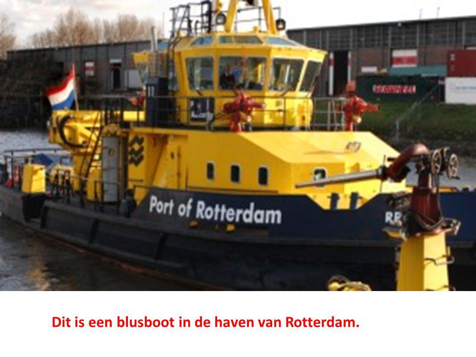 Dit is een blusboot in de haven van Rotterdam.