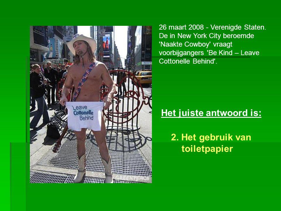 26 maart 2008 - Verenigde Staten. De in New York City beroemde 'Naakte Cowboy' vraagt voorbijgangers 'Be Kind – Leave Cottonelle Behind'. Het juiste a